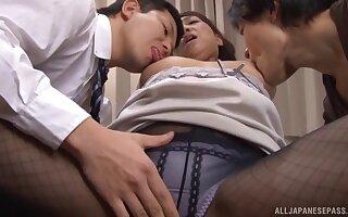 Late night fucking between Kondou Ikumi and two of her male friends