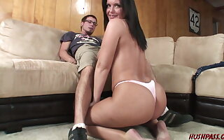Oversexed MILF Maya stops unconnected with for an afternoon Quickie